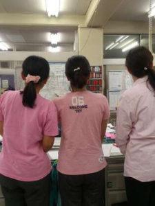 小学校の女性教員の三人の後ろ姿
