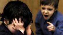 怒っている子供と泣いている子供