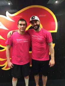 ふたりのピンクシャツを着たスポーツ選手