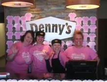 ピンクシャツを着たレストランのウェイトレス