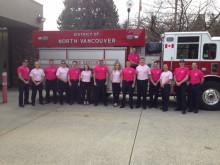 ピンクシャツを着た消防士たち