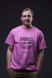 ピンクシャツを着たスポーツ選手ひとり