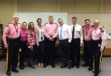 ピンクシャツを着た警察官たち