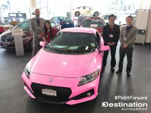 ピンクの自動車と従業員たち