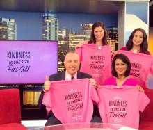 ピンクシャツを着たニュースキャスターたち