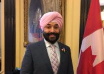 ピンクシャツデーいじめ反対運動のためにピンク色のネクタイやターバンで出勤するカナダ大臣