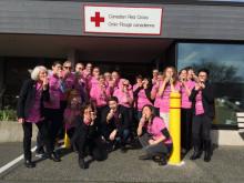 ピンクシャツを着た赤十字の職員たち