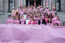 ピンクシャツを着て演説する州知事