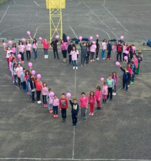 ピンクシャツを着たユニセフ団体のこどもボランティアたち