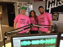 ピンクシャツを着たラジオパーソナリティたち