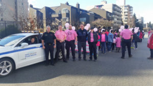 ピンクシャツデーいじめ反対運動のためにピンクシャツを着た警官たち