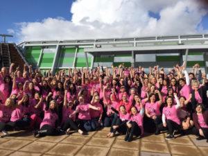 ピンクシャツデーいじめ反対運動のために大勢のピンクシャツを着た従業員たち