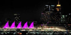 ピンクシャツデーいじめ反対運動のためにピンクにライトアップされた建物と夜景