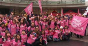 ピンクシャツデーいじめ反対運動のためにピンクシャツを着たボランティアたち