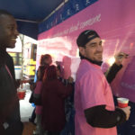 ピンクシャツデーいじめ反対運動のためにピンクシャツを着たスポーツ選手