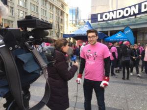 ピンクシャツを着て取材に応えるピンクシャツデーいじめ反対運動の創始者