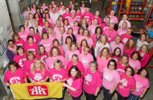 大勢のピンクシャツを着た社員たち