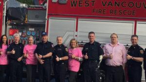 ピンクシャツデーいじめ反対運動のためにピンクシャツを着た消防士たち