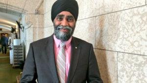 ピンクシャツデーいじめ反対運動のためにピンクシャツを着たカナダ大臣