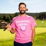 ピンクシャツデーいじめ反対運動のためにピンクシャツを着たゴルフ選手