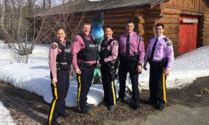 パトカーとピンクの制服を着た警察官たち