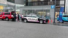 いじめ反対メッセージとピンクの警察車両