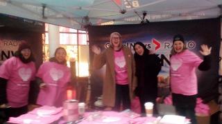 ピンクシャツを販売するボランティアたち