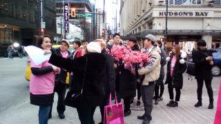 ピンク色の花束を持つ男性たち