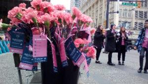 カナダのラリーイベントで配られていたピンクのカーネーション束
