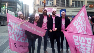 ピンクシャツを着ていじめ反対運動に参加する大人たち