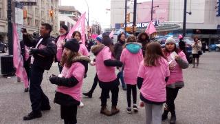 ピンクシャツを着ていじめ反対運動に参加する子どもたち