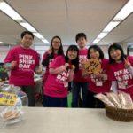 ピンク色のTシャツを着て仕事をするボランティアセンターのスタッフのみなさま