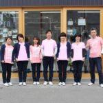 ピンク色のTシャツを着る染料屋さんの社員たち