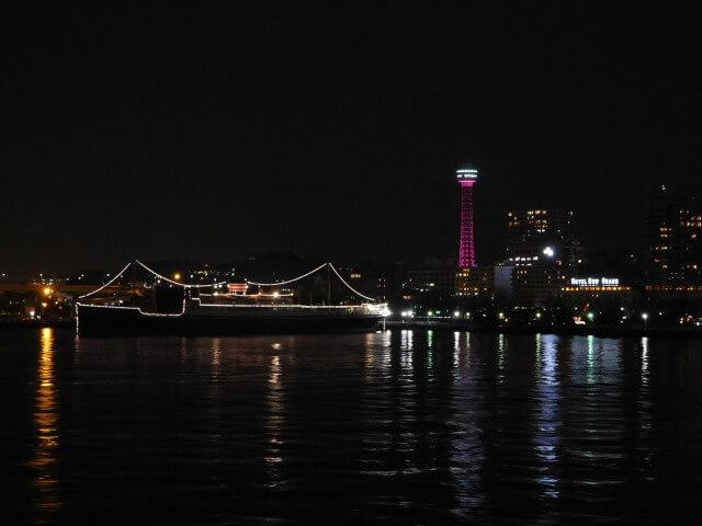 ピンク色にライトアップされた観光タワー