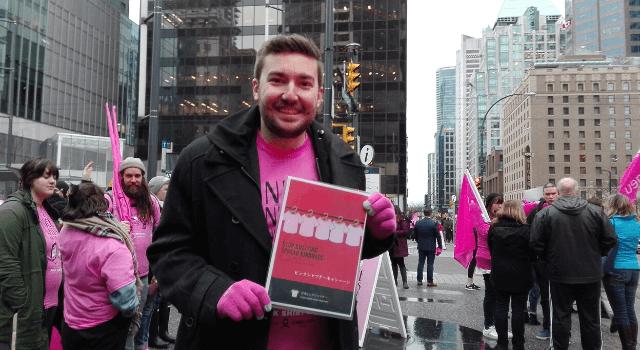 ピンクシャツいじめ反対運動の啓発ポスターを手にする創始者
