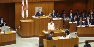 ピンクシャツデーいじめ反対運動に賛同、ピンクシャツやピンクバッヂを身に着けた横浜市議会の風景