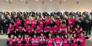 ピンクTシャツを着たユニフォームカンパニーのみなさまの集合写真
