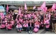 ピンクTシャツを着てラリーイベントに集結したカナダのボランティアの人たち