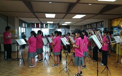 ピンクTシャツを着た吹奏楽部の中学生たち