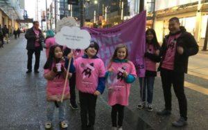ピンクTシャツを着て募金をよびかけるカナダのボランティアの子供たち