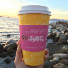 ピンクシャツデーいじめ反対の日に販売されているカフェのコーヒーカバーにもanti-bullyingメッセージ